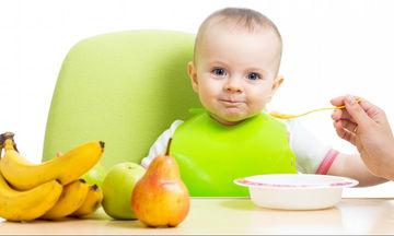 Βρεφική διατροφή: Τι πρέπει να γνωρίζετε για τη εισαγωγή των στερεών τροφών στη διατροφή του μωρού