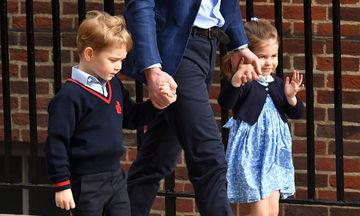 Ο πρίγκιπας George και η πριγκίπισσα Charlotte στο μαιευτήριο με τον μπαμπά τους (pics)