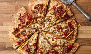 Πίτσα Cheeseburger: Η συνταγή που θα ξετρελάνει μικρούς και μεγάλους