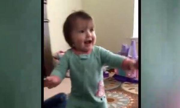 Τα μωρά αυτά κάθε φορά που ενθουσιάζονται, χορεύουν!