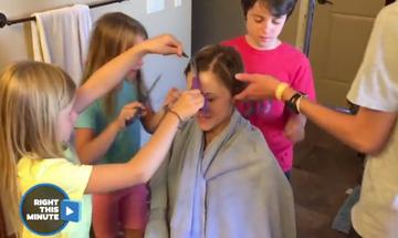 Τα παιδιά ξυρίζουν το κεφάλι της μαμάς τους, ώστε να αντιμετωπίσουν μαζί τον καρκίνο (vid)