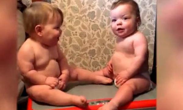 Αυτά τα μωρά χοροπηδάνε χωρίς να χρειαστεί να κάνουν κάτι - Δείτε το λόγο