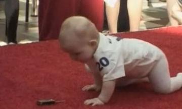 Αυτός ο αγώνας είναι ξεχωριστός - Μωρά μπουσουλάνε στο παρκέ και δίνουν τον καλύτερο εαυτό τους