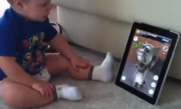 Αστείο βίντεο: Αγοράκι απολαμβάνει την κουβέντα του με τον διαδικτυακό γάτο
