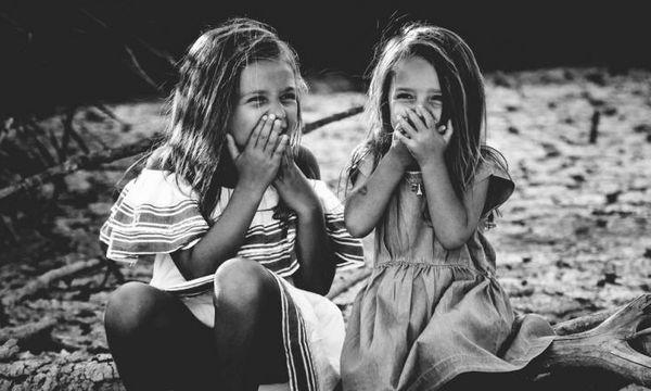 Παιδικοί φίλοι VS φιλίες «ενηλικίωσης»: Πόσες ώρες χρειαζόμαστε για να θεωρήσουμε κάποιον φίλο μας;