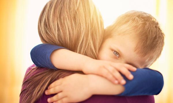 Κι όμως πρέπει να αγκαλιάζεις τα παιδιά σου, ακόμα κι όταν σε θυμώνουν
