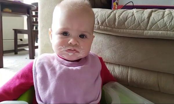 Δοκιμάζει για πρώτη φορά γιαούρτι και η αντίδρασή της είναι φοβερή (video)