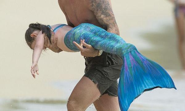 Κόρη διάσημου ποδοσφαιριστή ντύθηκε γοργόνα για να κολυμπήσει (pics)