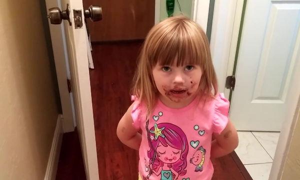 Φοβερή η μικρή: Αρνείται ότι έφαγε τούρτα παρότι είναι γεμάτο το πρόσωπό της!