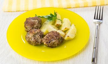 Μπιφτέκια με πατάτες στο φούρνο - Ένα κλασσικό φαγητό και το μυστικό της επιτυχίας του