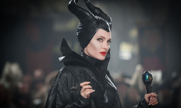 Angelina Jolie: Το ντεμπούτο της στα social media συνοδεύτηκε με το απόλυτο Photobomb