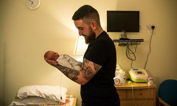 Συγκινητικές φωτογραφίες μπαμπάδων απ' όλο τον κόσμο, όταν αντικρίζουν για πρώτη φορά τα μωρά τους