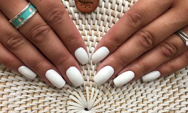 Λευκά νύχια: Τα πιο εντυπωσιακά σχέδια που κάνουν θραύση στο Instagram
