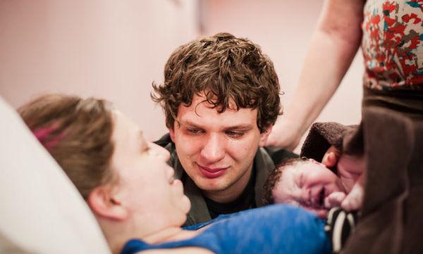 Θα σας συγκινήσουν! Μαγικές φωτογραφίες μπαμπάδων την ώρα που γεννιούνται τα παιδιά τους