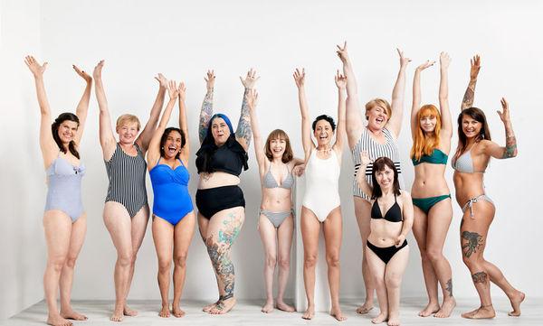 Γυναίκες κάθε ηλικίας ποζάρουν με μαγιό δηλώνοντας ότι «το καλοκαίρι είναι για όλους» (pics)
