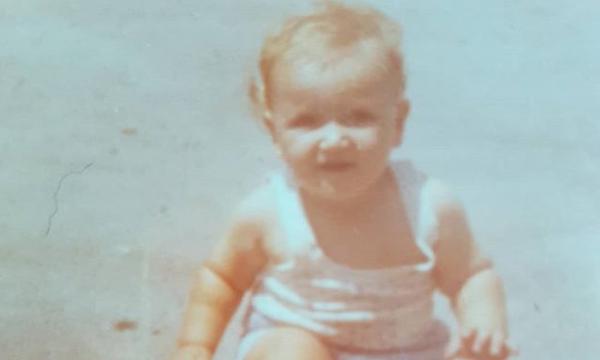 Το πιτσιρίκι της φωτογραφίας είναι Έλληνας ηθοποιός, που μόλις έκλεισε τα 40 του