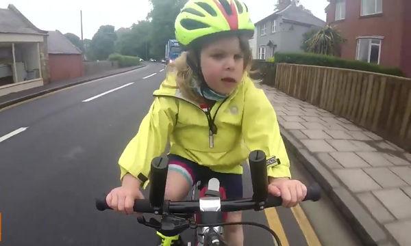 Τετράχρονο κοριτσάκι κάνει ποδήλατο και γίνεται viral για το χαιρετισμό της σε οδηγό φορτηγού (vid)