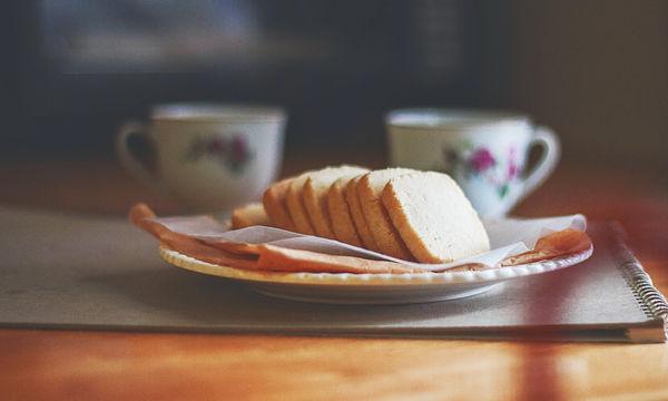 Τραγανά μπισκότα με τρία μόνο υλικά - Δείτε πώς θα τα φτιάξετε (video)