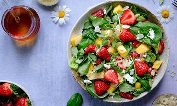 Summer Salad με φράουλες και μάνγκο