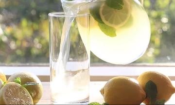 Πανεύκολη και δραστική λεμονάδα, έτοιμη μέσα σε 5 λεπτά