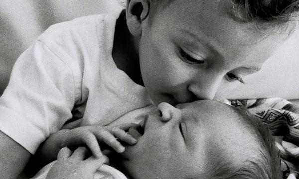Ο μεγαλύτερος γιος της γνωρίζει τον αδερφό του: Η τρυφερή φωτογραφία λίγες μέρες μετά τον τοκετό