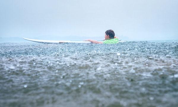 Συμβουλές για γονείς: Τι να κάνετε αν το παιδί σας κολυμπάει και ξεσπάσει καταιγίδα