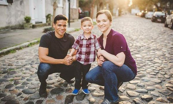 Χωρισμένο ζευγάρι φωτογραφίζεται κάθε χρόνο με το γιο του και ο λόγος είναι μοναδικός (pics)