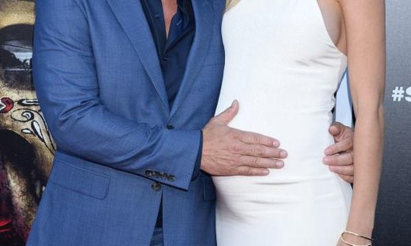Δεν μπορεί να κρύψει τη χαρά του ο 50χρονος ηθοποιός που θα γίνει μπαμπάς (pics)