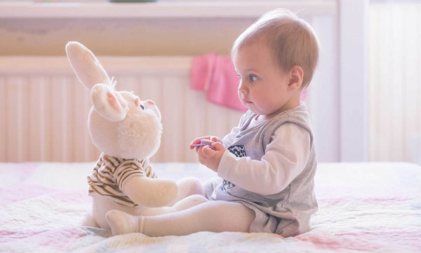 Mωρό 6-12 μηνών: Τι αντιλαμβάνεται και τι μπορεί να κάνει