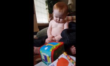 Πόσο γλυκό! Μωρό το παίρνει ο ύπνος, ενώ κάθεται (video)