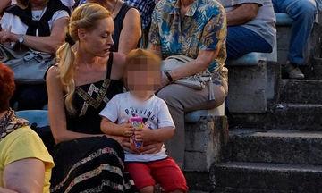 Φαίη Ξυλά: Με τον 3χρονο γιο της στην πρεμιέρα του Κωνσταντίνου Γιαννακόπουλου