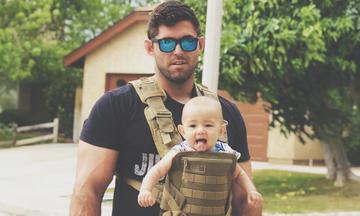 Φωτογραφίες με μπαμπάδες που «φορούν» τα μωρά τους - Ό,τι καλύτερο θα δείτε σήμερα