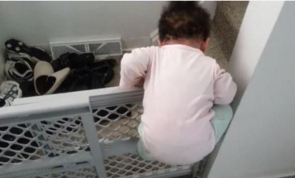 Τι και αν είναι 11 μηνών! Σκαρφαλώνει στην πόρτα με μαεστρία (vid)