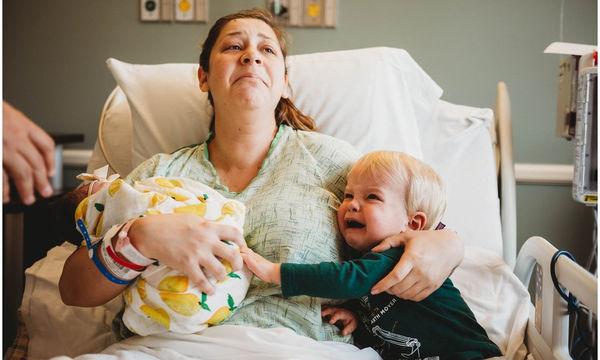 Το 2χρονο αγόρι αναστατώθηκε μόλις γεννήθηκε η αδελφή του - Οι φωτογραφίες που μας άγγιξαν
