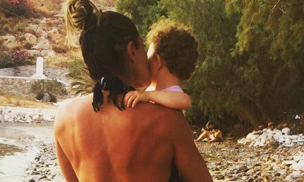 Ελληνίδα παρουσιάστρια αγκαλιά με την ενός έτους κόρη της (pic)