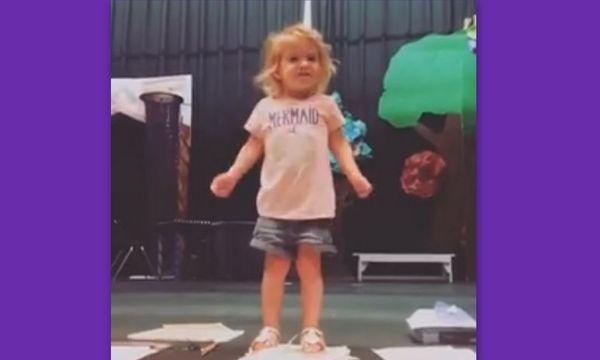 Η πιτσιρίκα τραγουδά την Αλφαβήτα και γίνεται viral! (video)