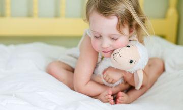 Το παιδί μου θέλει να κρατάει ένα αντικείμενο - Πότε αυτή η συνήθεια είναι ανησυχητική;