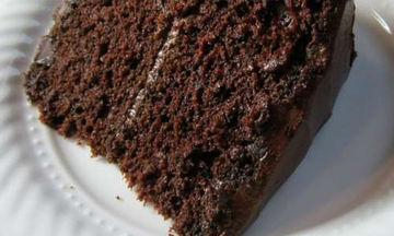Συνταγή για την πιο νόστιμη σοκολατόπιτα που έχετε δοκιμάσει - Πώς θα τη φτιάξετε (video)