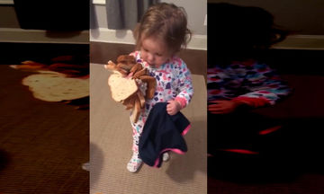 Πολύ γέλιο! Η μικρούλα πήρε αγκαλιά το ψωμί και δεν το μοιράζεται με κανέναν (vid)