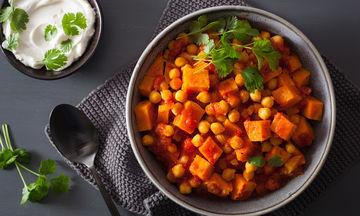 Ρεβίθια στο φούρνο με καρότα και φρέσκια ντομάτα