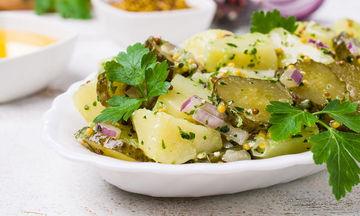 Συνταγή: Δροσερή και ελαφριά πατατοσαλάτα που σε χορταίνει!