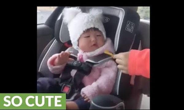Αυτή η μικρή δεν το βάζει κάτω! Δείτε πως διεκδικεί ένα πατατάκι (vid)