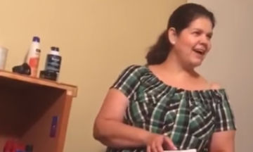 Το απίστευτο δώρο που αγόρασε γιος στη μαμά του με τα πρώτα του χρήματα (video)