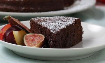Σοκολατένιο κέικ με δύο μόνο υλικά και χωρίς αλεύρι (video)
