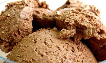 Απολαυστικό παγωτό σοκολάτας με τρία μόνο υλικά (video)