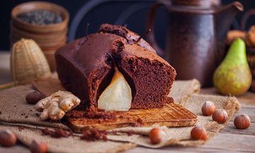 Συνταγή: Φτιάξε ένα διαφορετικό κέικ σοκολάτας με αχλάδι και χωρίς αλεύρι