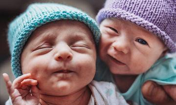 Μία φωτογράφος απαθανατίζει τις τρυφερές στιγμές των δίδυμων μωρών της