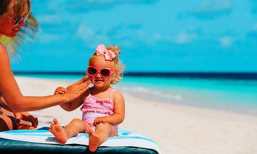 Πώς να αντιμετωπίσετε το ηλιακό έγκαυμα του παιδιού σας