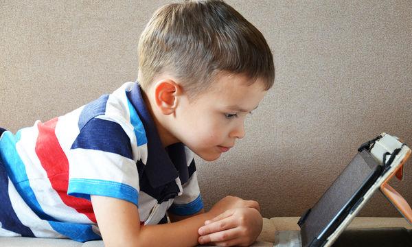 Πώς να κάνω το παιδί μου να κάθεται λιγότερο μπροστά στη οθόνη;