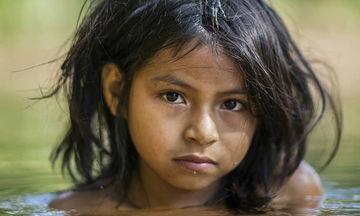 Οι εντυπωσιακές φωτογραφίες παιδιών που μένουν σε τροπικά δάση (pics)